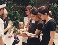 上演後、原爆の図の写真集に見入るアテネの大学生達